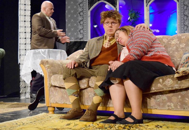 Yhdellä sun toisella, ellei kaikilla, on salaisuuksia Palokunnantalon lavalla. Harri Kaltiala (Christopher Wren) ja Mervi Soini (Mollie Ralston) tulevat Kari Jämsän (Giles Ralston) yllättämiksi.