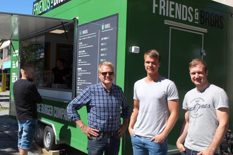 Friends & Brgrs:n talousjohtaja Kaj Fagerholm (vas.) sekä työntekijät Isak Fagerholm ja Andreas Byggmästar Kokkolan  myyntikojun edessä kesällä.