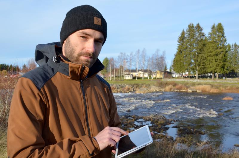 Alavieskalaisen teknologiayrityksen kehityspäällikkö Vesamatti Ikonen käyttämässä Ensihoidon sähköistä oppikirjaa tabletilla maastossa.