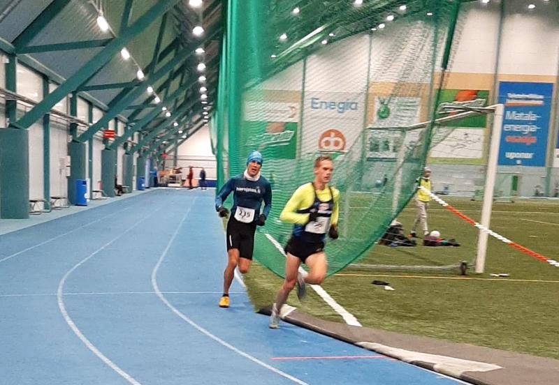 Miika Tenhunen (oik.) jätti Jaakko Järvenpään taakseen loppukirissä, joka juostiin sisällä Pajulahti-hallissa.