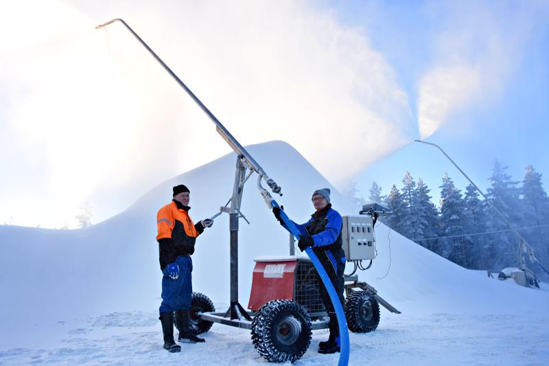 Jouko Uusitalo ja Tapio Laurila tekivät viime tammikuussa tykkilunta Korkatissa. Nyt  kesän yli säilötty lumi kaivetaan esiin sahanpuruvuoresta. Hiihtämään pääsee parhaassa tapauksessa jo perjantaina.