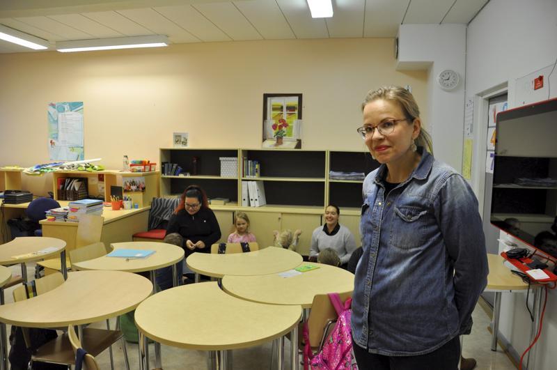 Koulu vuokralla. Lapinjärven kunnan etäkouluna toimivan Eskolan koulun kolmivuotinen kokeiluhanke on puolivälissä, mutta mukana olevat kunnat eli Lapinjärvi ja Kannus päättävät sopimuksesta erikseen joka lukuvuodelle. 14 oppilaalla on opettaja ja koulunkäynnin ohjaaja. Miia Tiilikainen (etualalla) sanoo, että ryhmä on sopiva kun sen pystyy yksi opettaja hoitamaan.