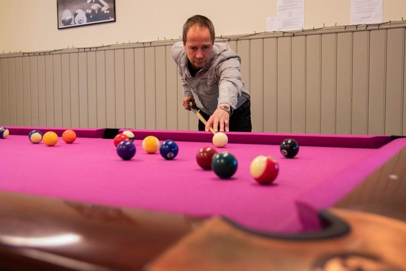 Jo klassikoksi muodostunut biljardihuone on edelleen suosituimpia aktiviteetteja. Nuoriso-ohjaaja Veijo Mikkola pelaa nuorten kanssa mielellään.