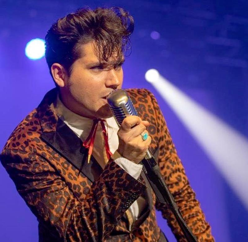 Amerikkalainen Victor Trevino saapuu tulkitsemaan Elvis Presleyn joululauluja Pedersören kirkkoon.