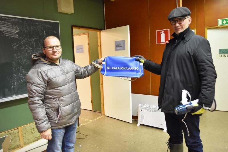 Meklarit Asko Hatula ja Risto Klasila tuumivat, että mitä parakilta ei löydy, sitä ei tarvita. Teatterikamppeiden seasta löytyi vanha Kalajokilaakso-laukku.