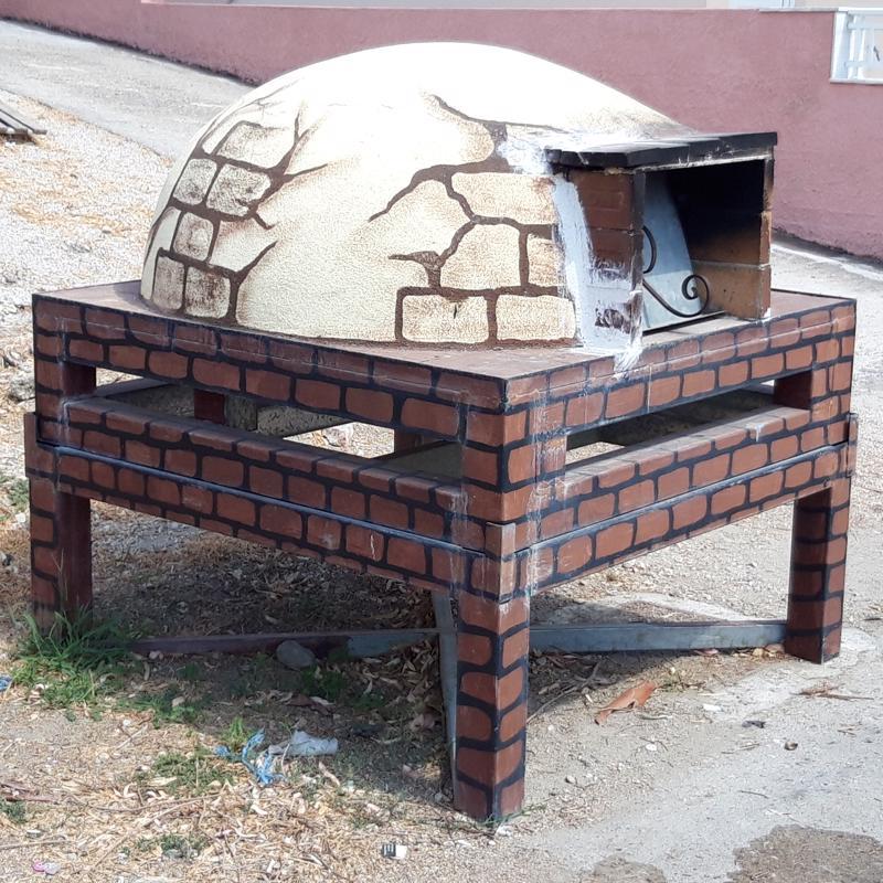 Maailmassa monta on ihmeellistä asiaa. Tämä rakennelma seisoi roskiksen vieressä ja paljastui uuniksi, jossa alueen ihmiset paistavat pitsaa.