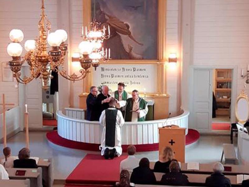 Jarkko Kuusisto asetettiin kappalaisen virkaan sunnuntaina Raution kirkossa. Lääninrovasti Kari Tiirolaa avustivat Tiirolaa kirkkoherra Kari Lauri, kirkkovaltuuston puheenjohtaja Veli Ainali ja Raution kappelineuvoston puheenjohtaja Tenho Perttula.