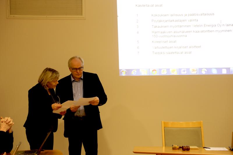 Erkki Lassila (oik.) johtaa puhetta Vetelin valtuustossa ja tienasi yritystoiminnassa viime vuonna eläkkeellä ollessaan lähes 100 000 euroa.