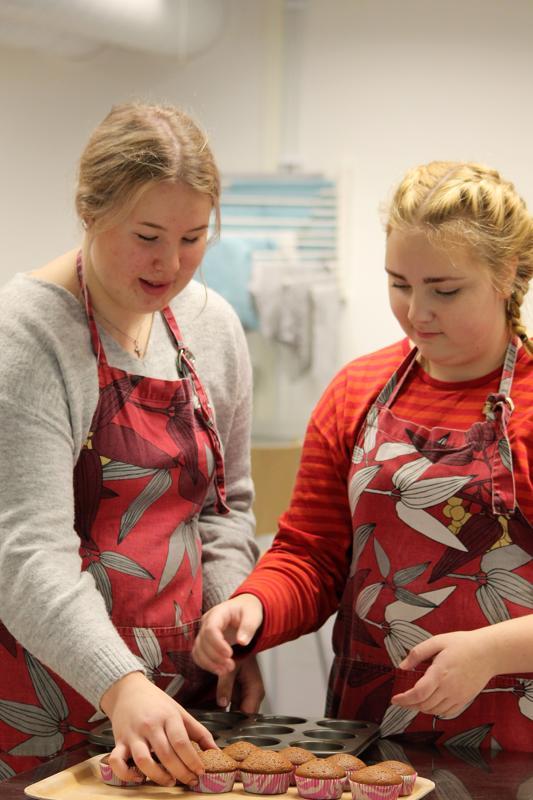 Milja Piukkala ja Iina Nikupaavo valmistavat Nenäpäivä-muffinsseja perjantain tapahtumaa varten.