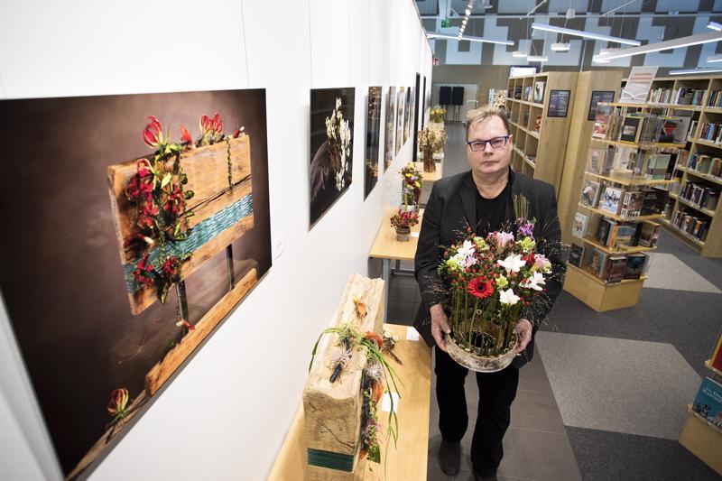 Valokuvasuurennoksessa ja sen alapuolella olevassa toisinnossa on se työ, mistä kaikki lähti liikkeelle. Floristi Teppo Lapinoja on osallistunut jo viiden vuoden ajan Fusion Flowers Magazine -lehden kansainväliseen näyttelyyn menestyksekkäästi. Nyt kilpailutyöt ovat esillä Kalajoen kirjastossa.