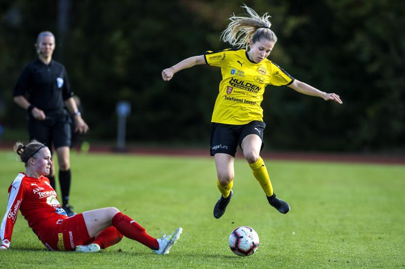 Laura Wentjärvi (oik.) hyppää pallon kanssa yli oululaispelaajan.