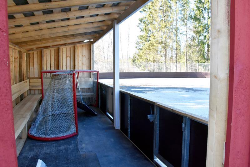 Kylillä on huoli liikuntapaikoistaan. Kärkisessä kyläläiset rakensivat alkuvuodesta jääkiekkokaukalon entiselle koululle.