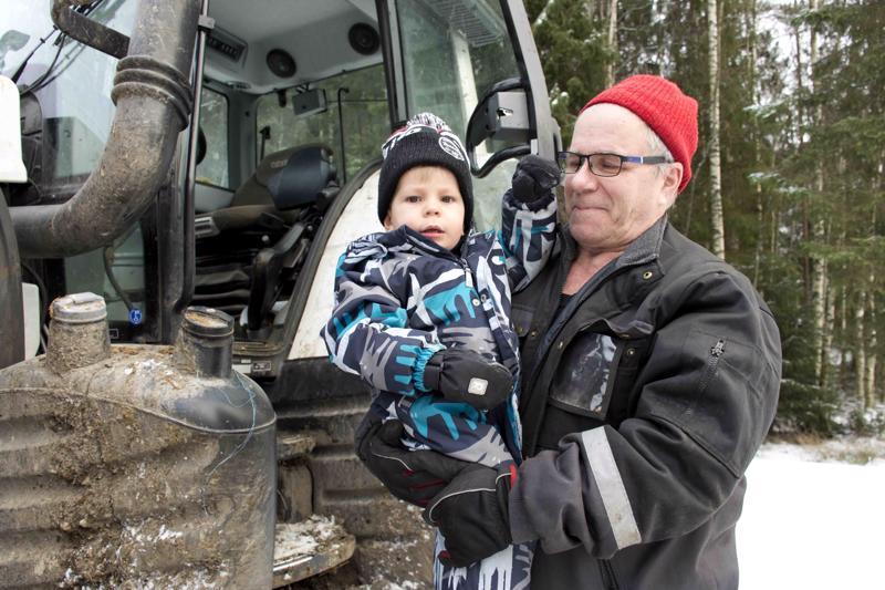 2-vuotias Leevi oli Hannu-papan apuna paaleja kuskaamassa.