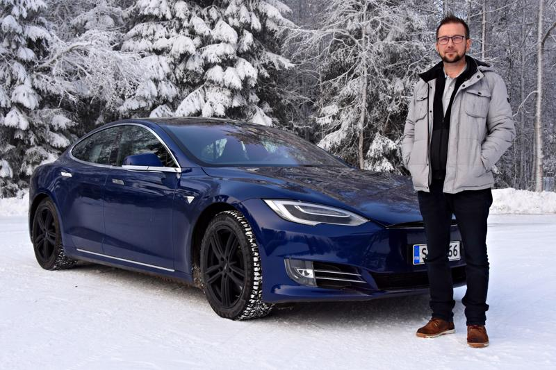 Pauli Maaningan Tesla on otettu käyttöön vuonna 2017 ja hän osti sen vähän käytettynä samansa vuonna. Kahden talven kokemuksella hän pitää sitä parhaana talviautona.