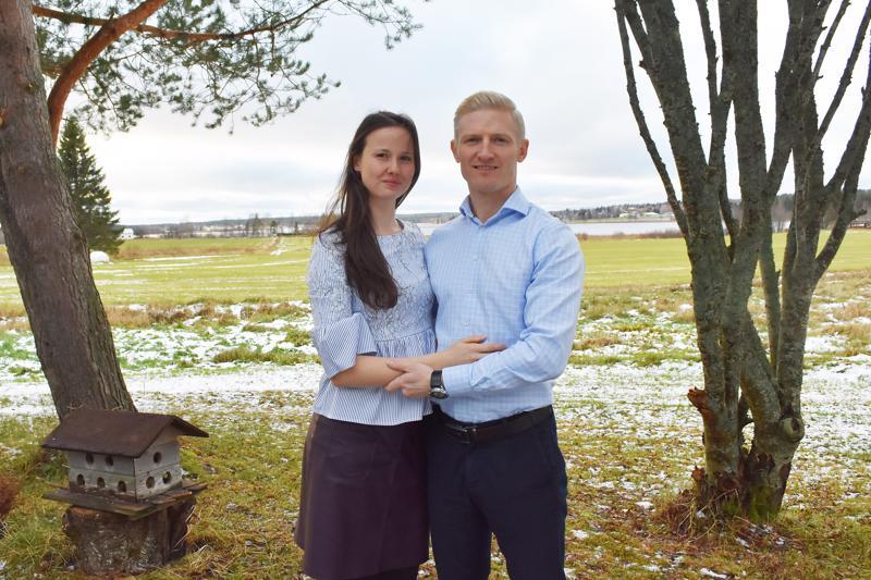 Elena ja Vasili kyllästyivät asuinympäristönsä levottomuuteen Espoossa ja muuttivat Haapaveden Eskolanniemeen. Uudessa kodissaan he nauttivat ennen kaikkea rauhallisuudesta ja kotipihasta avautuvasta maisemasta.