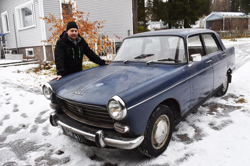 Jiri Björn aloitti Antti Kärjen käytössä poliisiautona palvelleen Peugeotin entisöimisen viime kesänä.