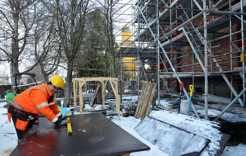 Merijävinen Sauli Ylikauppila saneeraa työkseen jo kolmatta kirkkoa. Kalajoen kirkkoa ennen työmaana ovat olleet Raahen ja Pattijoen kirkot.