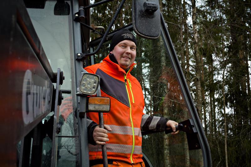 Jarkko Siironen viihtyy hyvin koneiden puikoissa. Kaivureiden ja kuorma-auton lisäksi kalustoon kuuluu pari traktoria.