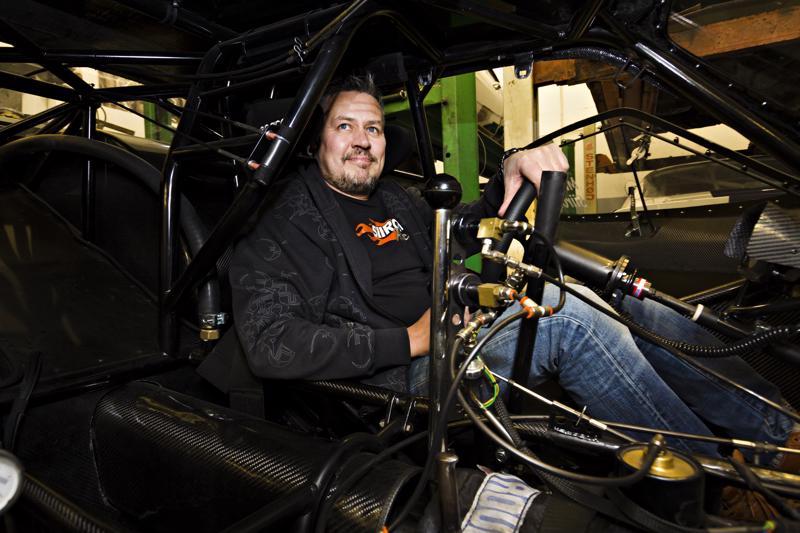 Mikko Siirosen kiihdytysauton kabiini on karu ja tarkoituksenmukainen paikka, verhousmateriaalina on hiilikuitu.
