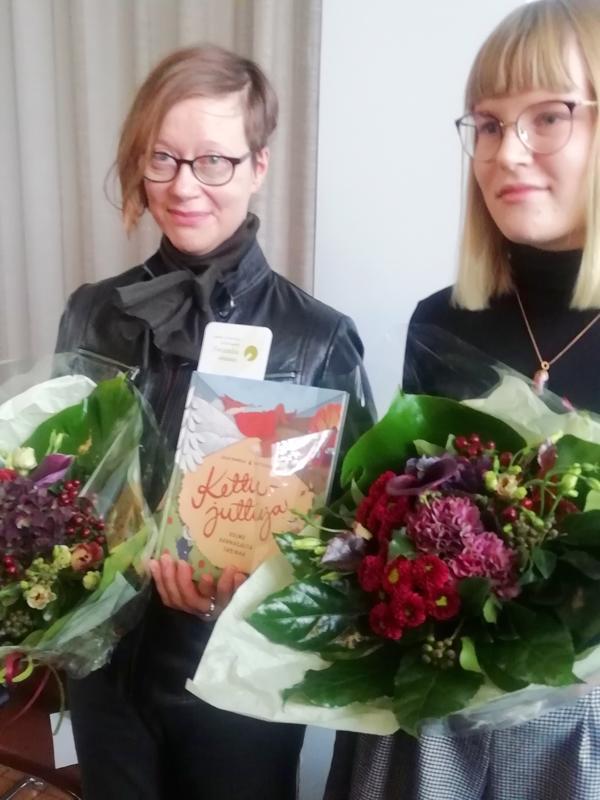 Esikoiskirjailija Kaija Pannulan (vas.) ja kuvittaja Netta Lehtolan Kettujuttuja on ehdolla Lasten ja nuortenkirjallisuuden Finlandia-palkinnon saajaksi.