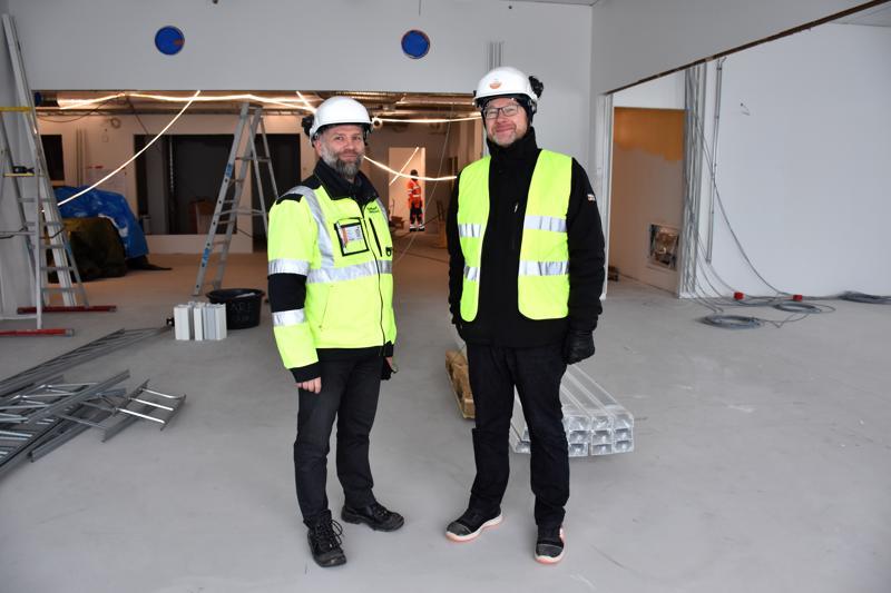 Tekninen johtaja Marko Raiman ja opetuspalveluiden palvelualuejohtaja Riku Saksholm esittelevät 1.-2. luokkien opetustiloja. Kaksi vierekkäistä luokkaa voidaan avata yhdeksi tilaksi ja myös yhdistää keskellä olevaan opintoriin.
