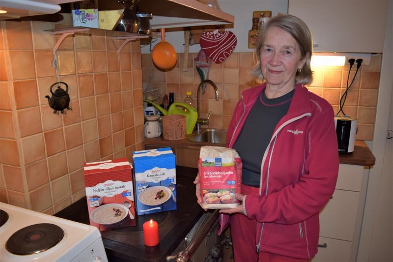 Omat kokemukset myös sähkökatkoista ovat saaneet Sirja Hienosen varautumaan monin tavoin. Kotoa löytyy paitsi puuhella ja säilyvää ja helposti valmistuvaa ruokaa, myös kynttilöitä ja muuta poikkeusoloissa tarvittavaa käden ulottuvilta.