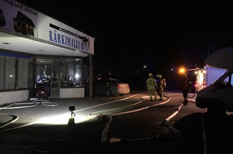 Hiomakone paloi keskiviikkoiltana Kärkimalli Oy:ssä Kenkäsepäntiellä Pietarsaaressa. Yrittäjä hoiti sammutuksen ja tilanne oli ohi jo ennen kuin pelastuslaitos saapui paikalle.