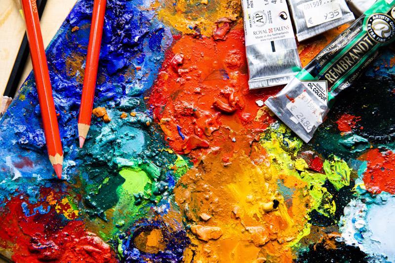 Kuvataiteen tekemisen lisäksi väreillä voi muokata tilantuntua, ohjata liikettä ja luoda tunnelmaa. Värejä taiteilijan paletilla.