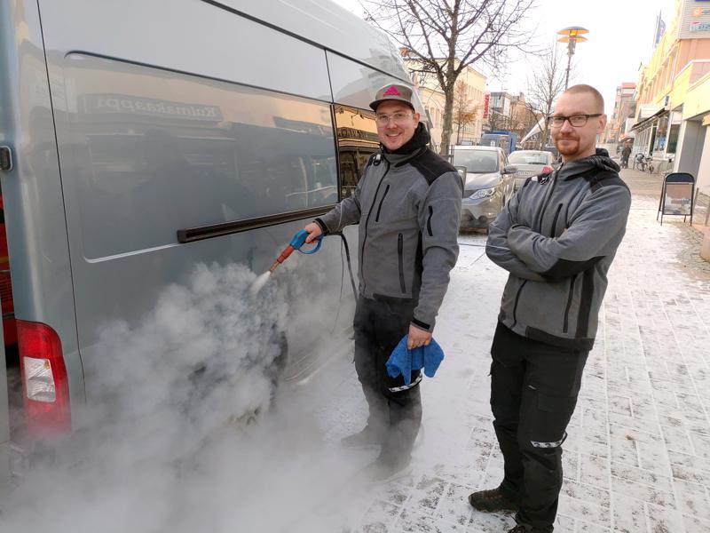 Robert Witick ja Joni Sikkilä pesevät höyrypesulla autoja pitkin Kokkolaa.