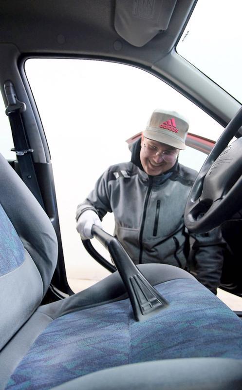Myös auton sisäpesu onnistuu höyrypesun avulla.