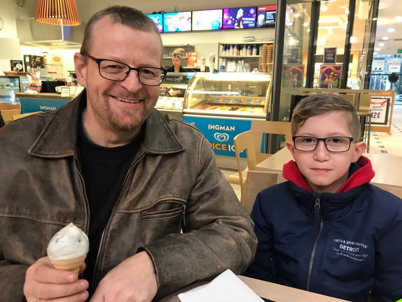 Tero Vik kävi eilen poikansa Davidin kanssa jäätelöllä.