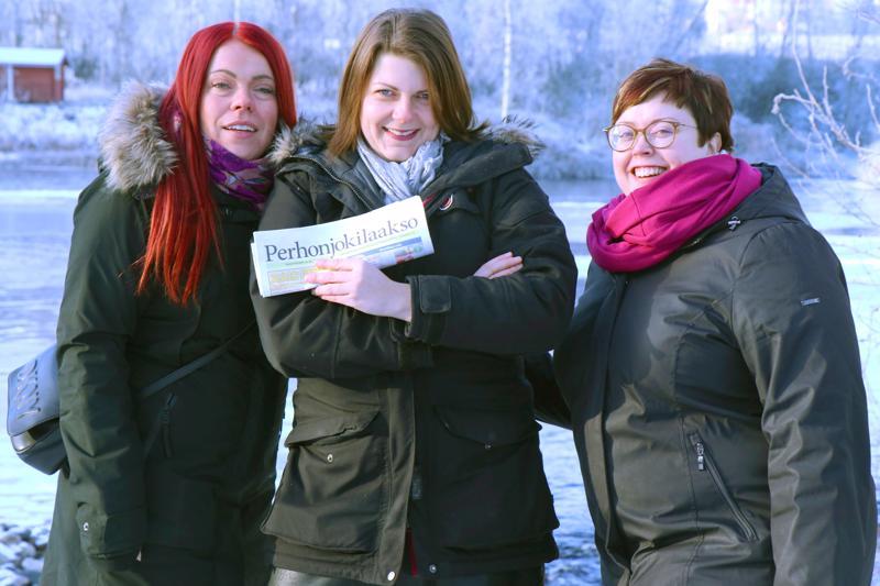 Perhonjokilaakson menestys paikallislehtikilpailussa saa hymyn myyntipäällikkö Heidi Rinteen (vas.), päätoimittaja Sanni Ahon ja toimittaja Maija Ahosen huulille.