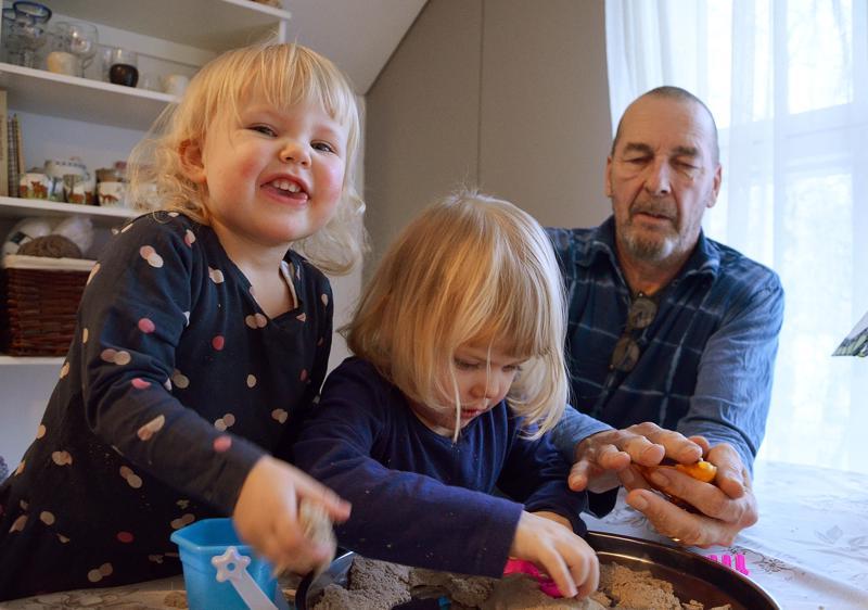 Peppi ja Maija ovat Jorman lapsia toisesta sarjasta. Kuvassa tytöt tekemässä isän kanssa taikahiekkakakkuja.