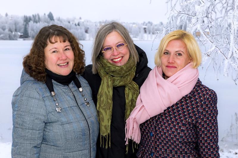 Haapavesi-lehden vakituiseen tiimiin kuuluvat myyntipäällikkö Jaana Heikkilä (vasemmalla), päätoimittaja Katariina Anttila sekä toimittaja Suvi Hyttinen. Lisäksi urheiluavustajana toimii Seppo Aho.