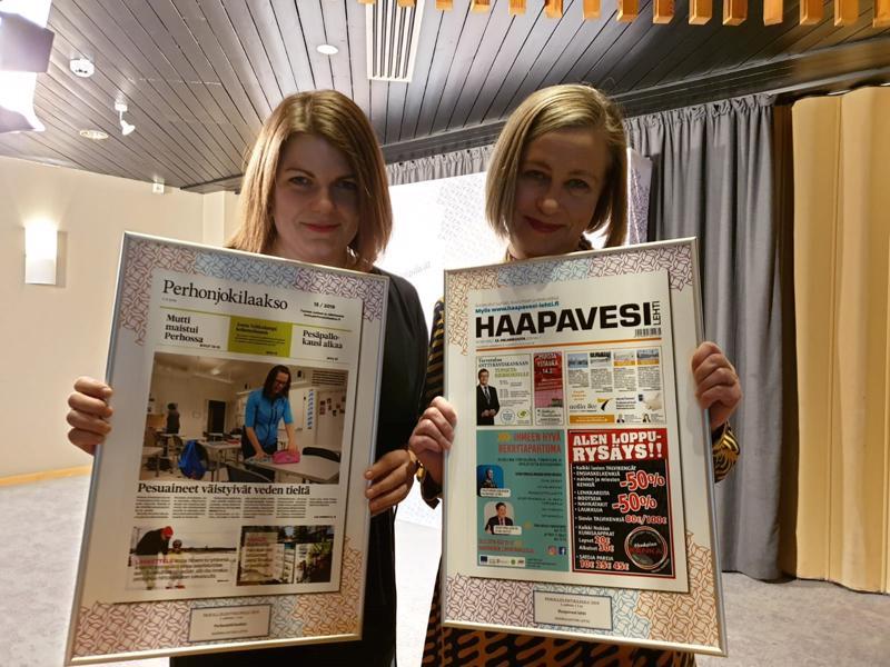 Perhonjokilaakson päätoimittaja Sanni Aho ja Haapavesi-lehden päätoimittaja Katariina Anttila pokkasivat lehtien saamat palkinnot Hyvinkäällä.