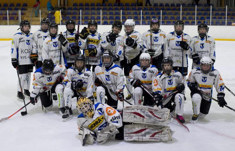 Haapajärven Kiilat Hockey D-tyttöjen joukkue nauttii pelistä ja yhteishengestä.