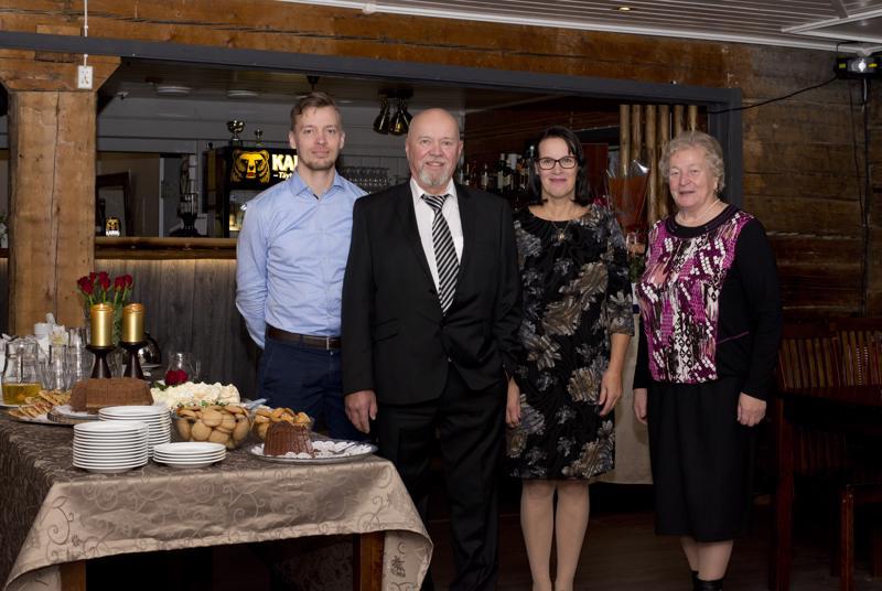 Joni Jokilehto, Veikko Jokilehto, Sirkka Torppa ja Lilja Jokilehto ottivat vieraita vastaan Kartanohotelli Saareen katetun pöydän ääressä.