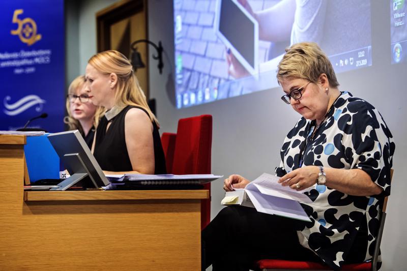 Sari Innanen johti Soiten valtuuston kokousta toukokuussa. Etualalla toimitusjohtaja Minna Korkiakoski-Västi.