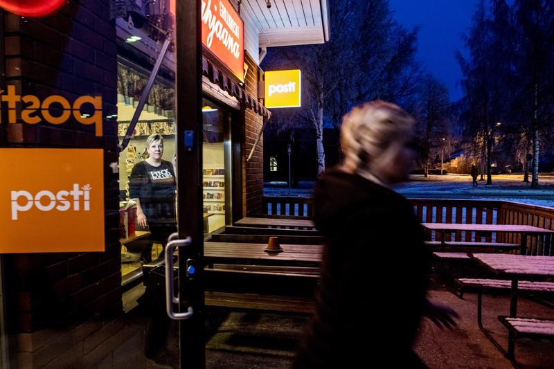 Jaana Hautala (vas.) on pyörittänyt Lahjaana-monitoimikioskia 24 vuotta Kälviällä. Nyt tulevaisuus on auki.