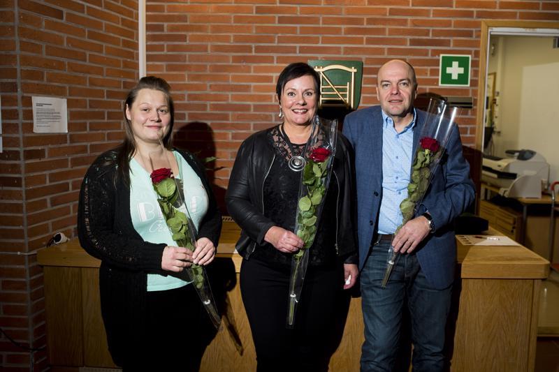Mirja Korkiakoski (vas.), Raija Aksila ja Juha Peltomaa ovat viihtyneet Nivalan kaupungin palveluksessa - ja aikovat viihtyä jatkossakin.