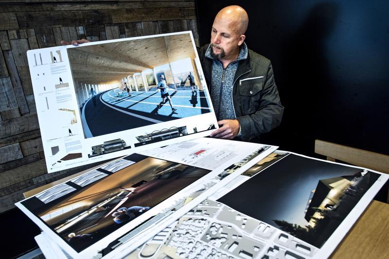 Aalto Haitekilla ideoidaan koko ajan uusia rakennuskohteita. Tässä Janne Honkala esittelee urheiluhallin piirustuksia.