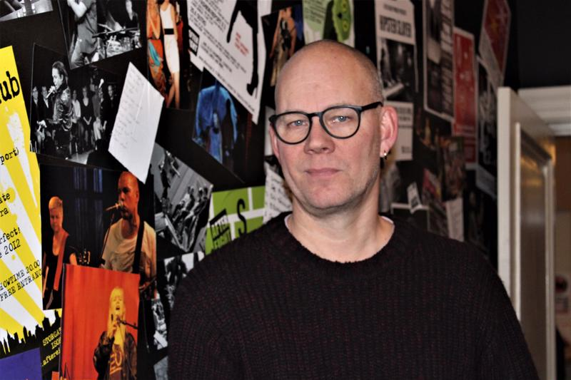 Pietarsaarelainen Mecki Andersson kertoo, että Musiikkikahvila After Eightiin saapuu esiintymään bändejä ja artisteja eri puolelta Suomea.