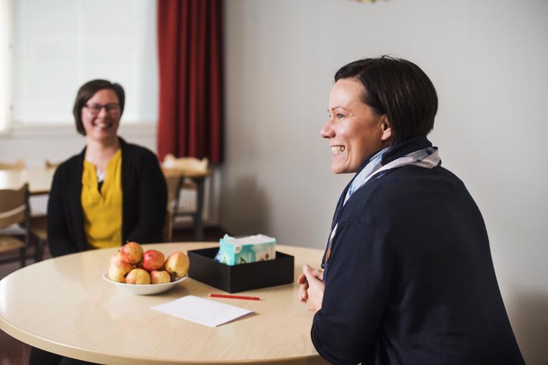 Apulaisrehtori Terttu Alanen on poikellut juttelemaan leon eli lukion erityisopettajan Helena Vuolteenahon kanssa.