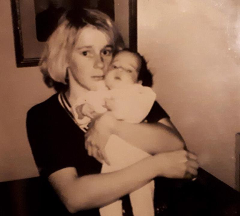 Marjo Hietala syntyi Keski-Pohjanmaan keskussairaalassa 4.1.1970. Kuvassa hän on äitinsä Ritva Hietalan sylissä. Tietojensa mukaan Marjo on ensimmäinen keskussairaalassa syntynyt tyttö.
