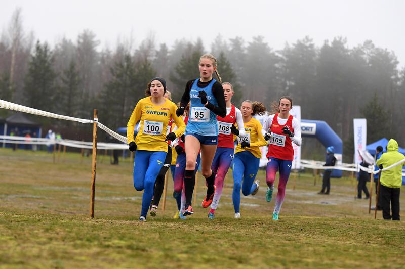Pronssia lopulta ottanut Nathalie Blomqvist veti joukkoa naisjunioreiden kisassa.