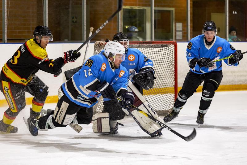 Petteri Nokela (nro 12) oli lauantaisessa ottelussa monessa mukana.