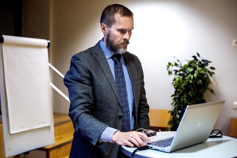 Verojuristi Harri Rajala kertoi muun muassa osakesäästötilin verotuksesta Veronmaksajain keskusliiton tilaisuudessa  Kokkolassa. Paikalla oli kuutisenkymmentä asiasta kiinnostunutta.
