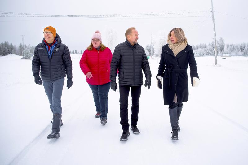 Juhani Kumpusalo, Sari Gummerus, Ilpo Åivo ja Päivi Karikumpu vakuuttavat Nivalan Pyssymäen tarjoavan erinomaiset olosuhteet hiihdon maakuntaviestille.
