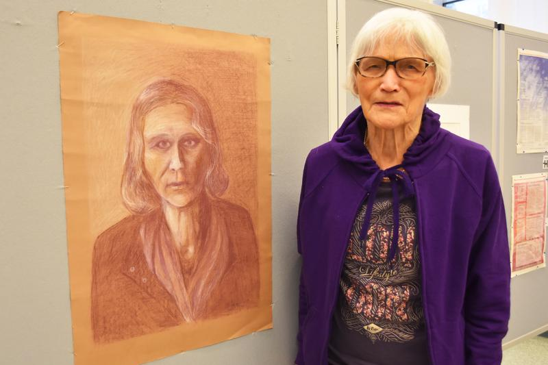 Näyttelystä löytyy muun muassa Marian omakuva, jonka hän piirsi 1950-luvun lopulla pyrkiessään Ateneumin taideteolliseen ammattikouluun.