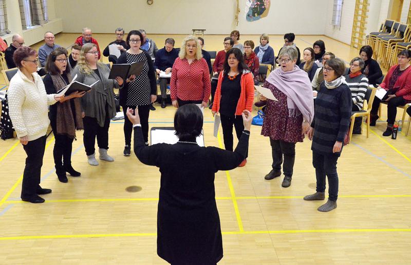Chorus Vallis on Ylivieskan seudun ja Kalajoen kansalaisopistojen yhteinen kuoro, jota johtaa Soili Autio. Kuva parin vuoden takaa kuoroleiriltä Kalajoelta.